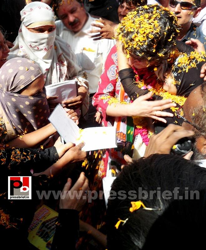 Road show by Priyanka Gandhi at Raebareli (14)