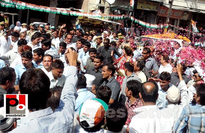 Road show by Priyanka Gandhi at Raebareli (15)