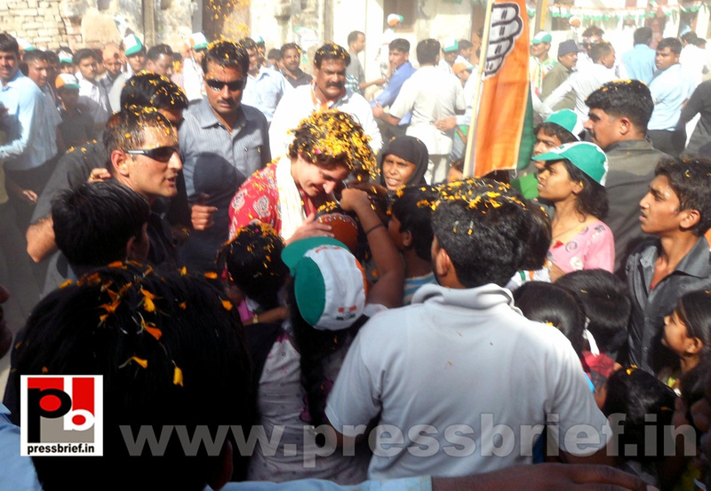 Road show by Priyanka Gandhi at Raebareli (18)