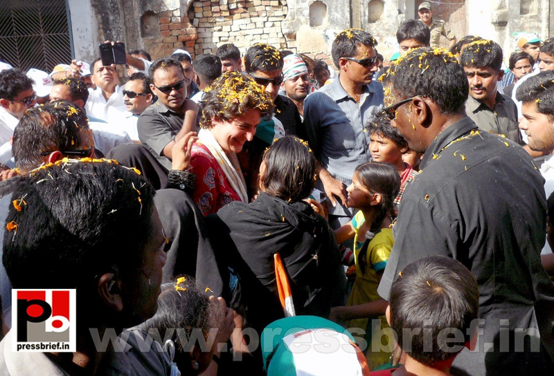 Road show by Priyanka Gandhi at Raebareli (20)