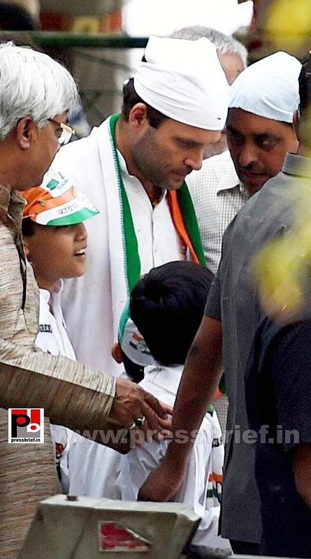 Priyanka, Rahul Gandhi during road show in Amethi (4)