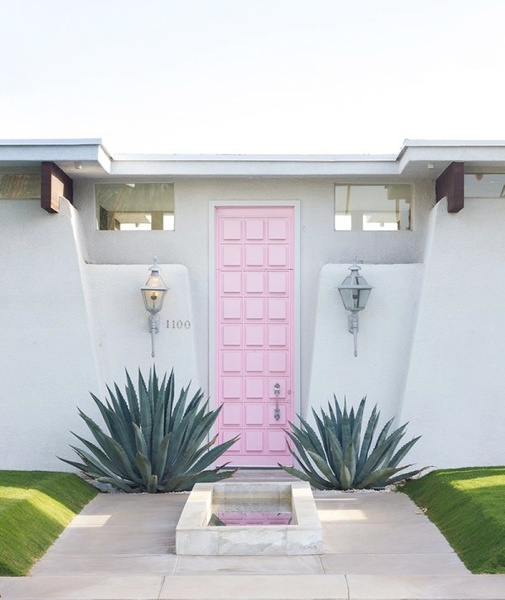 Pink Door 2mins away from by locationscout