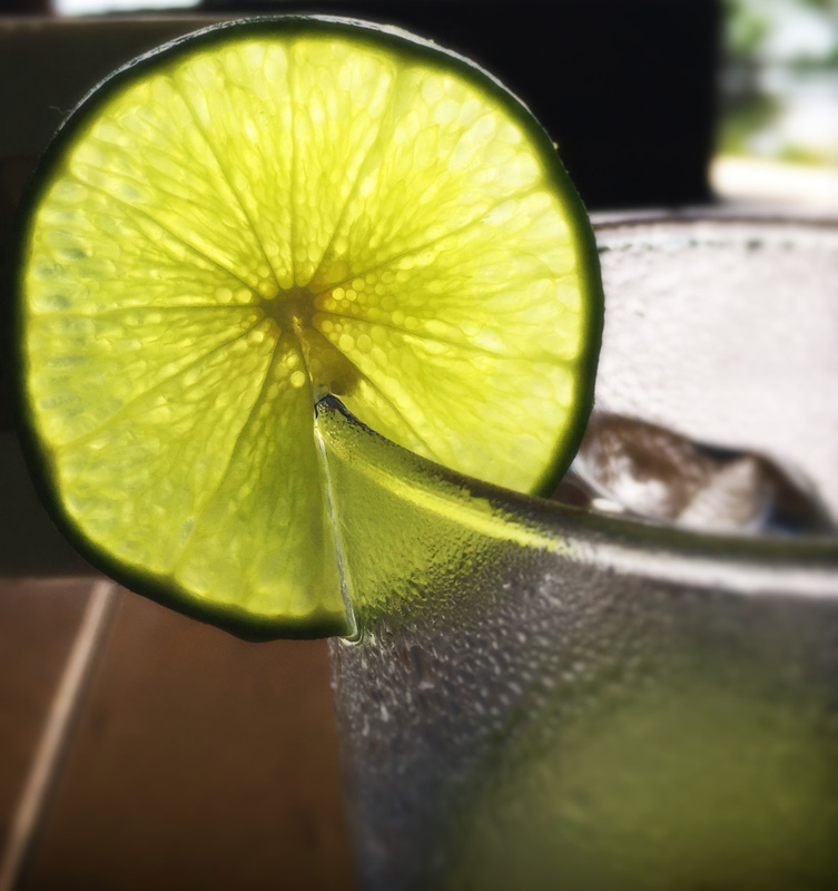 vodka tonic and lime