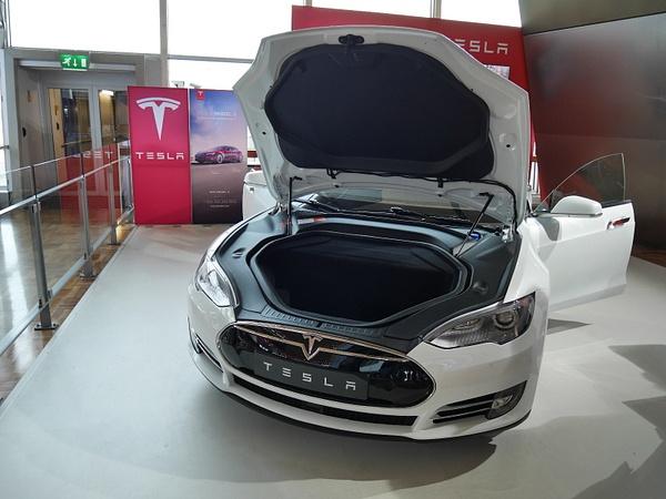 Tesla Helsingin lentokentälllä by hannajamikko