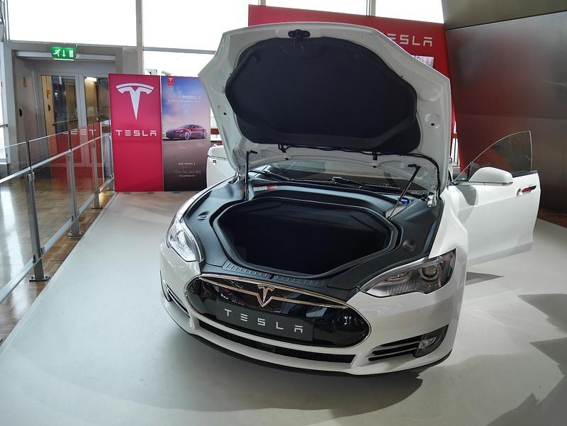Tesla Helsingin lentokentälllä