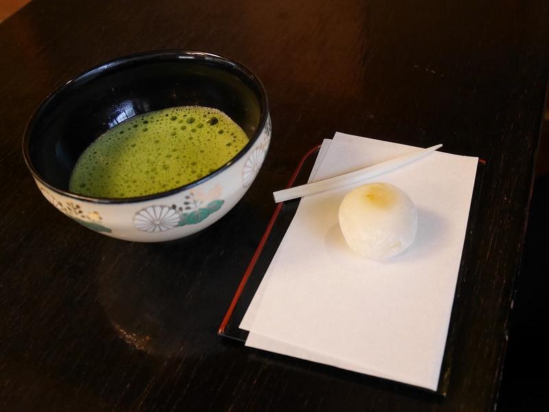 Perinteinen teetalo, aito vihreä tee ja leivonnainen