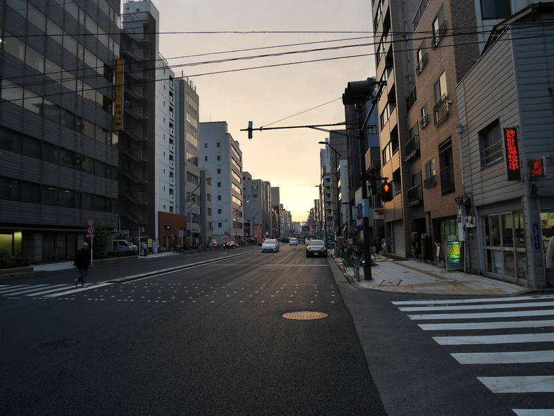 Auringonlasku tyhjällä kadulla (harvinaista)