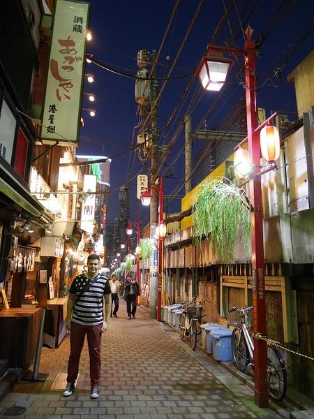Shinjukun ytimessä miniravintolakadulla. Jokaiseen ravintolaan mahtui alle 10 asiakasta. by hannajamikko