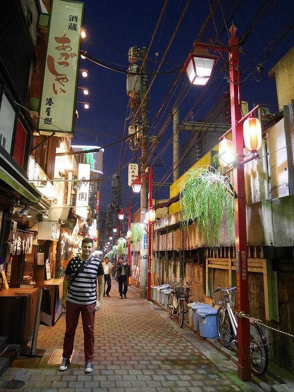 Shinjukun ytimessä miniravintolakadulla. Jokaiseen ravintolaan mahtui alle 10 asiakasta.
