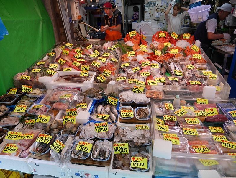 Kalamarkkinapäivänä maistettiin mm. rauskua, tonnikalaa ja muutamaa mitä ei edes tiedetä mitä ne oli.