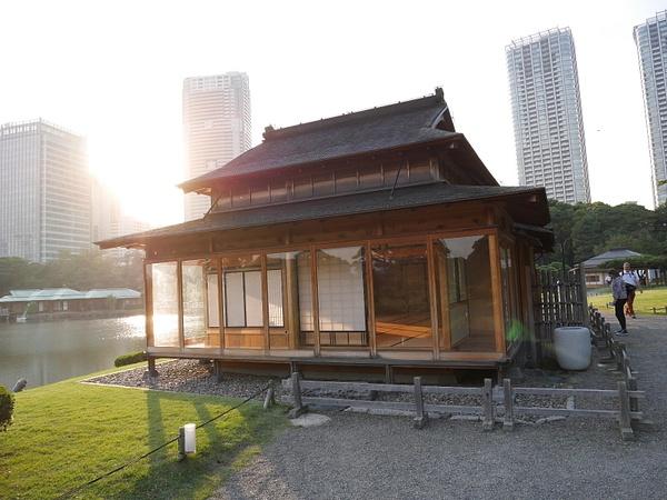 Matsu-no-ochaya (Pine Tea House). Tällä paikalla oli 1700-luvulta asti täsmälleen samanlainen teetalo, joka on uudelleenrake by hannajamikko