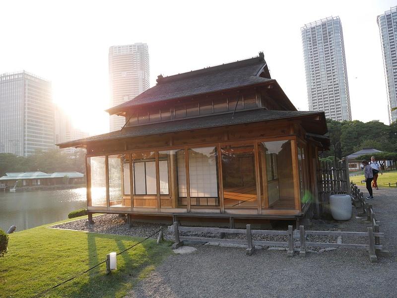 Matsu-no-ochaya (Pine Tea House). Tällä paikalla oli 1700-luvulta asti täsmälleen samanlainen teetalo, joka on uudelleenrake