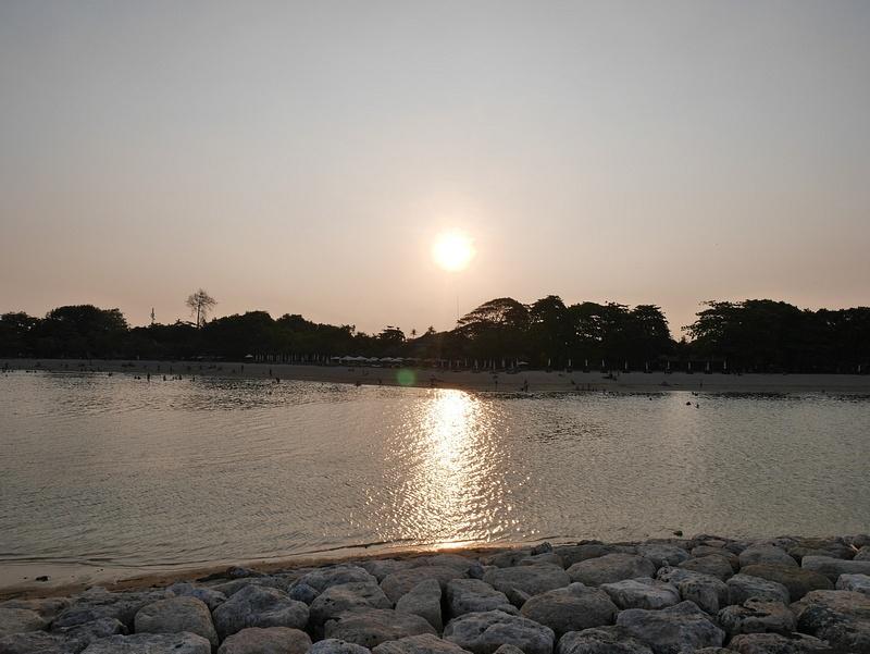 Aurinko taas laskee saaren toiselle puolelle.