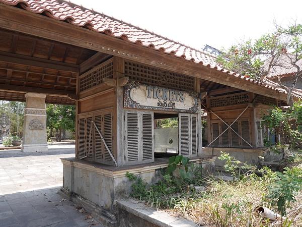Ghost Town - Taman Festival. Huvipuisto/eläintarha jota rakennettiin useita vuosia, mutta projekti hylättiin ja jäljelle jäi by hannajamikko