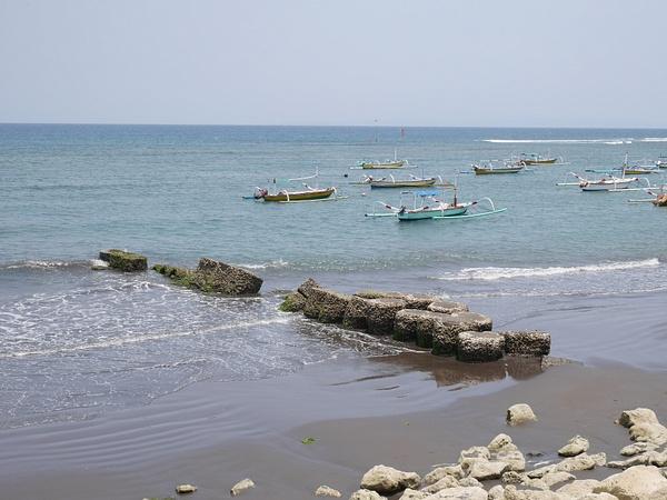 Laavahiekkaranta ja perinteisiä Balilaisia kalastusveneitä. by hannajamikko