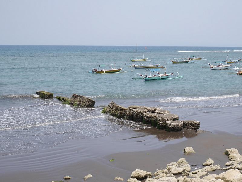 Laavahiekkaranta ja perinteisiä Balilaisia kalastusveneitä.