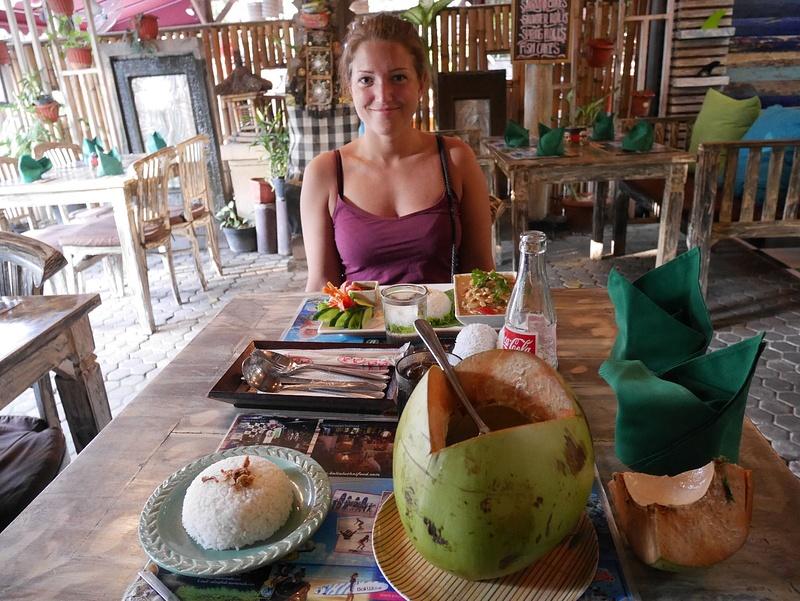 Thaimaalaiseen ruokaan harvemmin pettyy. Voimakasmausteinen Massaman ja Green Curry kookosmaidossa oikean kookoksen sisältä.