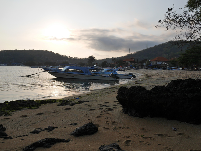 Auringonlaskua katsomassa venesatamassa.