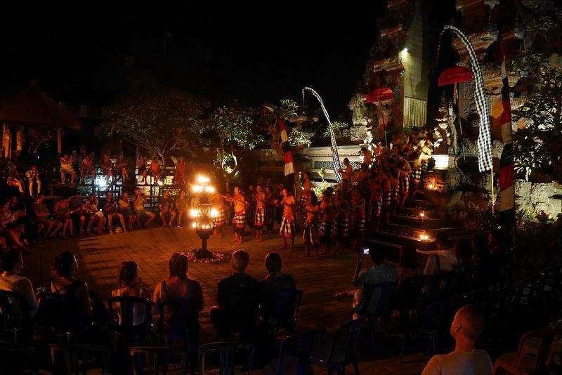 Pura Puseh temppelin perinteinen Kecak -tanssiesitys