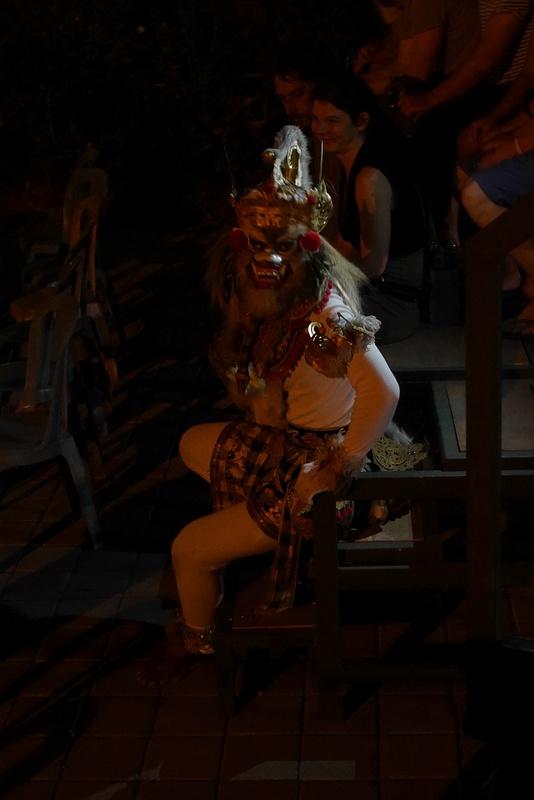 Kecak -tanssin valkoinen apina Hanoman