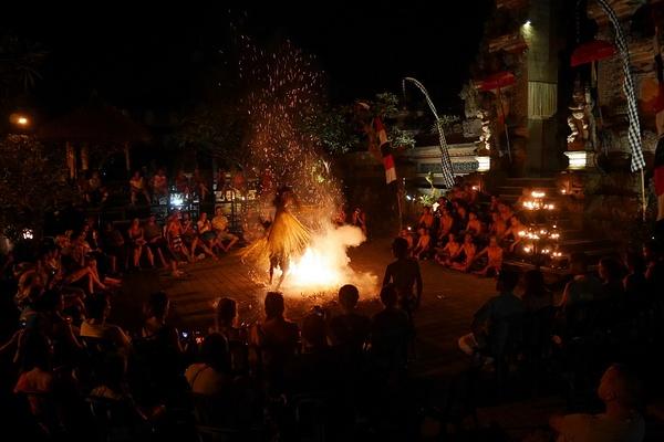 Kecak -esityksen Trance Dance sisälsi tulessa kävelyä by hannajamikko