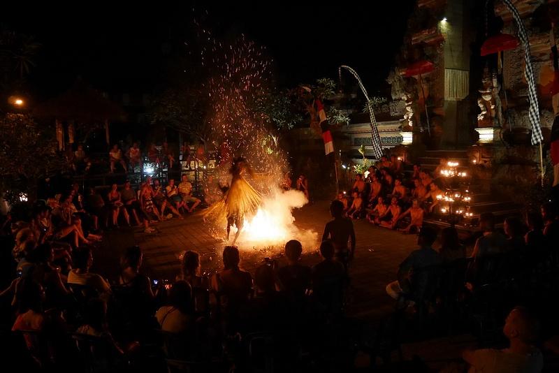 Kecak -esityksen Trance Dance sisälsi tulessa kävelyä