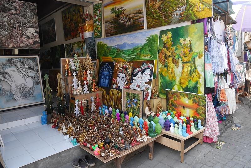 Ubudin markkinoilla katsomassa hienoja tauluja