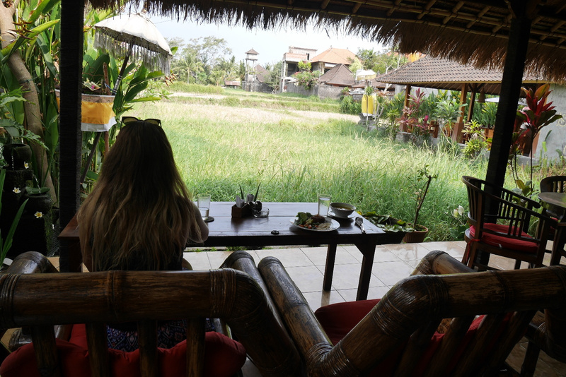 Syömässä riisipellon laidalla rauhallisessa Warungissa