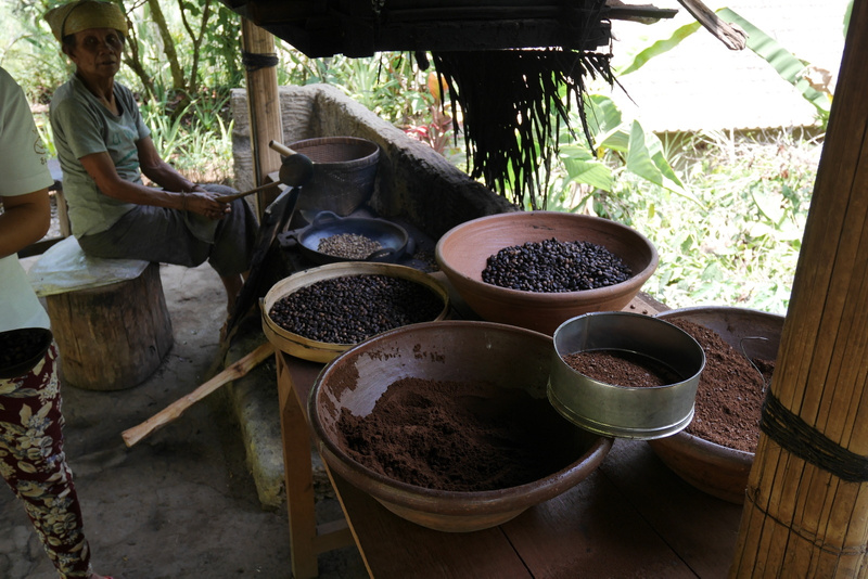 Tässä paahdetaan kuuluisaa Civet -kahvia. Hannakin pääsi kokeilemaan paahtamista ja jauhantaa.