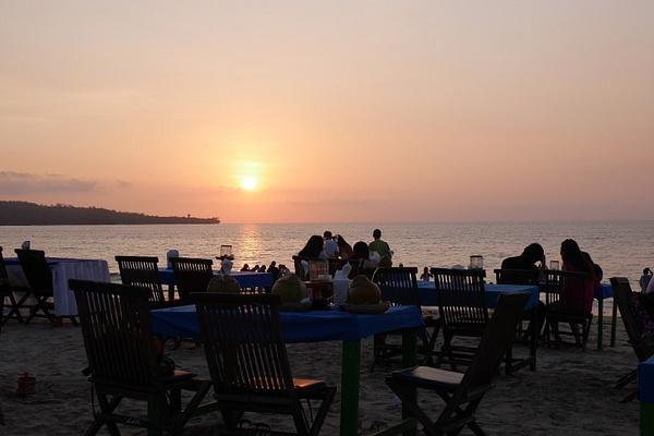 Viimeinen ehtoollinen Indonesiassa auringonlaskun saattamana by hannajamikko