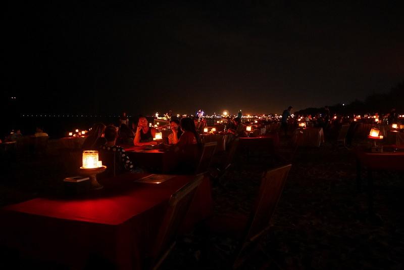 Kun tuli pimeää, rantaa valaisi kynttilämeri, tähtitaivas sekä salamointi.