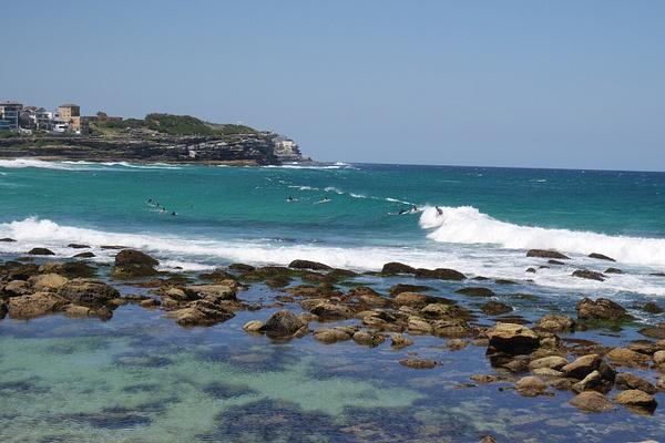 Surffareita ottamassa aaltoja Tamarama Beachilla by hannajamikko