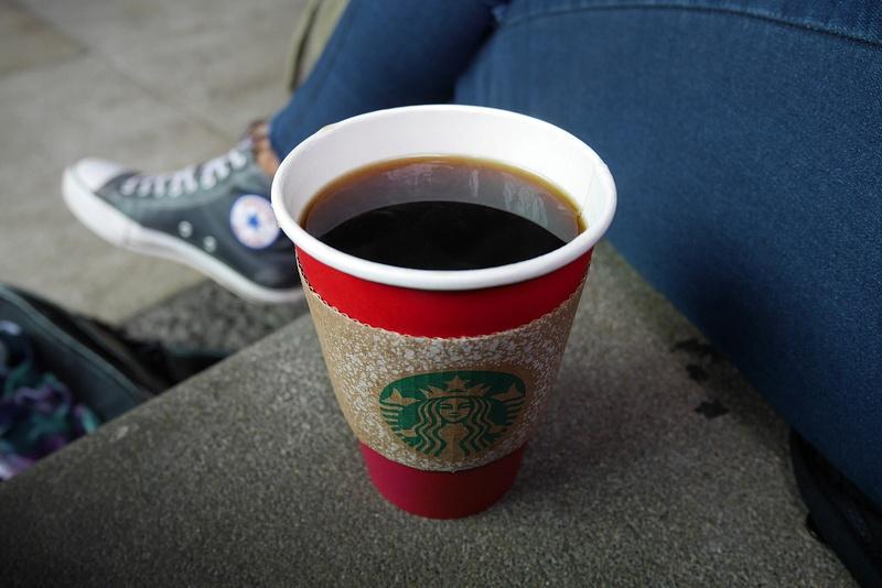Starbucks ja sen kohuttu punainen joulumuki on ainoa oikea tapa aloittaa Amerikan reissu