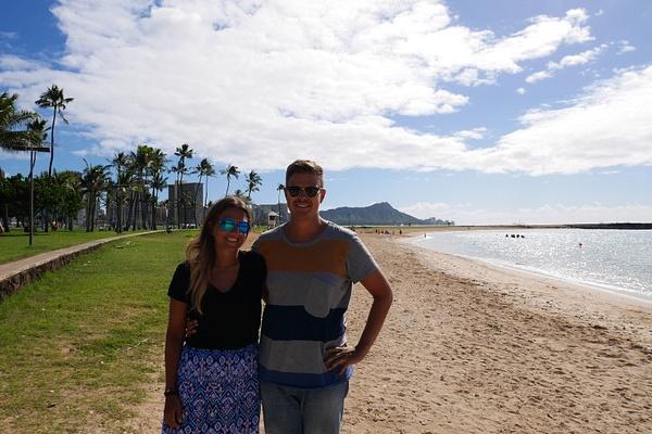 Töröttäjät Waikikin maiseman edessä by hannajamikko