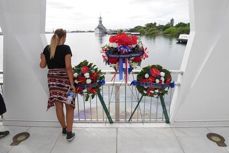 USS Arizona Memorial eli rakennettu saari uponneen laivan päälle. Muistopaikka meressä lepäävälle 900 sotilaalle.