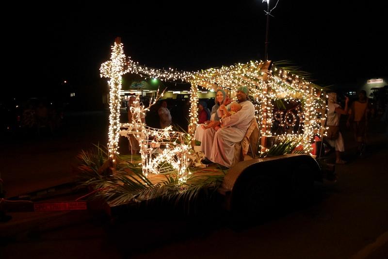 Jouluparaati soittokuntineen ja vaunuineen. Kuvassa suloinen perhe esitti Jeesuksen syntyä. Täällä on todella voimakkaasti e