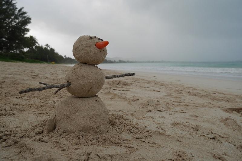Maassa oli valkoista niin tehtiin siitä lumiukko... vai hiekkaukko