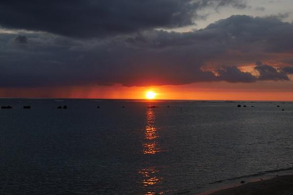 Ala Moana Parkin auringonlasku oli oranssi kuin valkokuvissa by hannajamikko