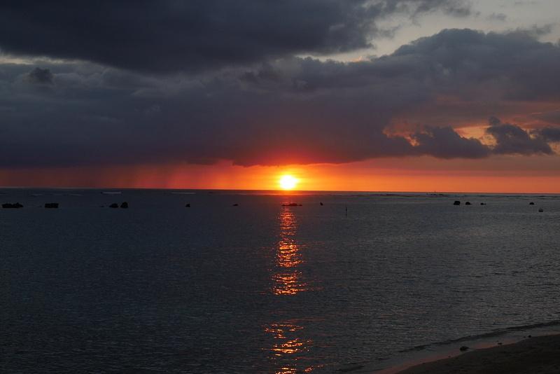 Ala Moana Parkin auringonlasku oli oranssi kuin valkokuvissa