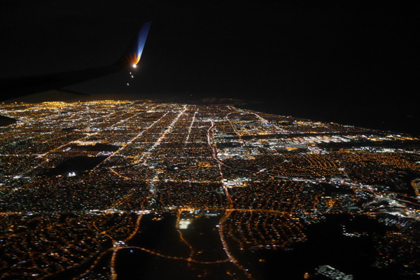 Lentokoneesta näkyy Los Angeles yöllä by hannajamikko