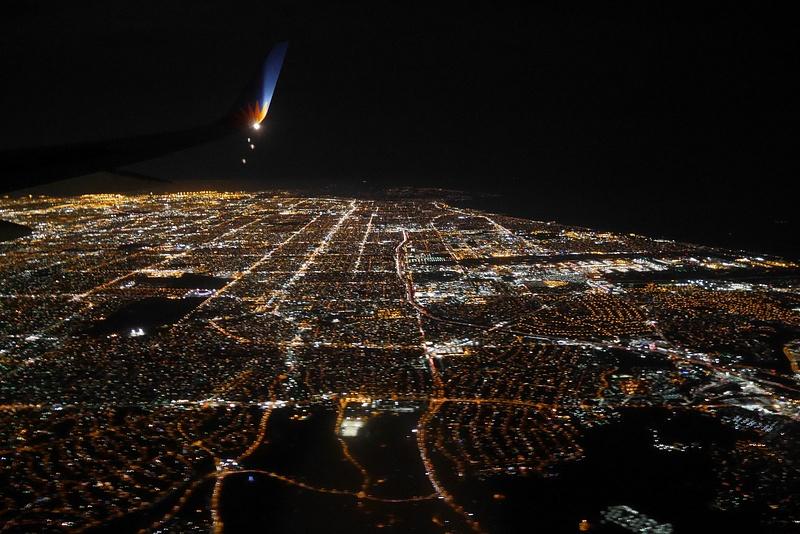 Lentokoneesta näkyy Los Angeles yöllä