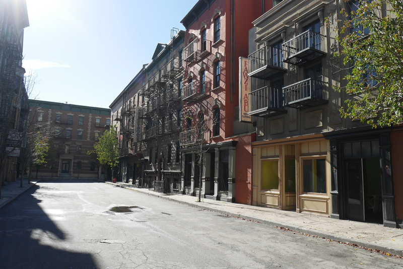 Warner Bros New York lavaste. Täällä kuvattu kaikki Frendeistä Oscar-palkittuihin elokuviin.
