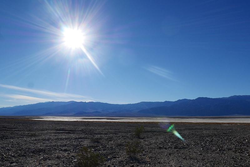 Death Valley tunnetaan suolasta jota kertyy kilometrikaupalla aavikon päälle. Näyttää jäältä.