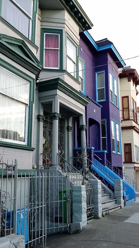 Kaupunki täynnä värikkäitä ja historiallisia taloja