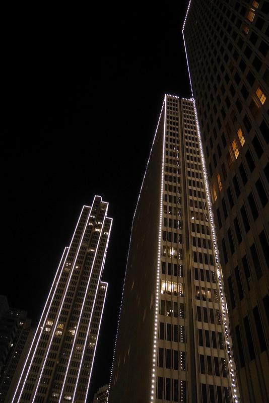 San Franciscon pilvenpiirtäjät on reunustettu valokoristeilla