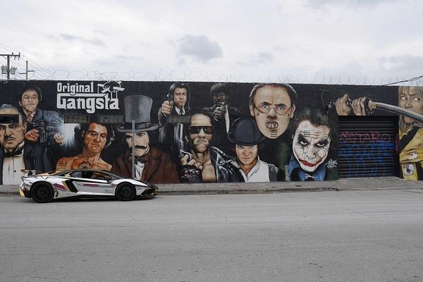 Katutaidetta ja kromikultainen Lamborghini by hannajamikko