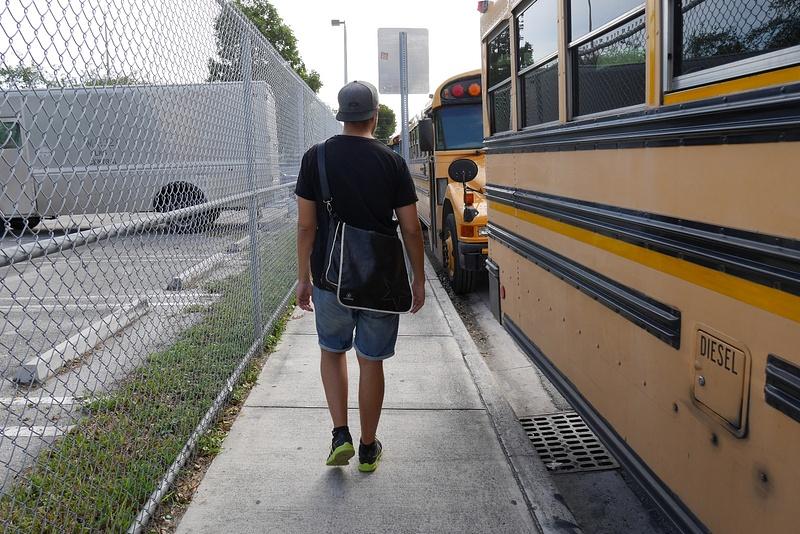 Koulubussit odottavat koulun loppumista