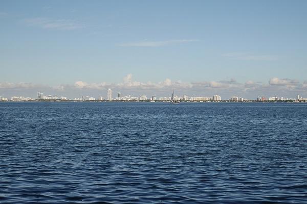 Miami Beachin saaret mantereelta kuvattuna by hannajamikko