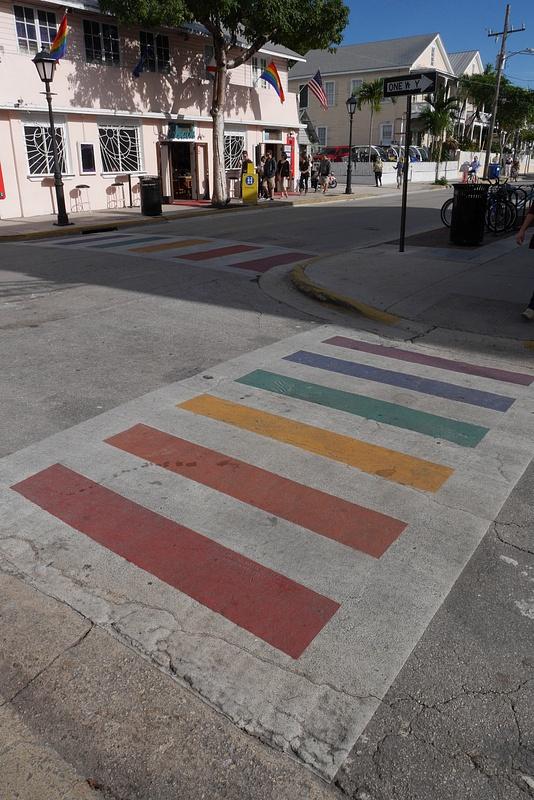 Duval Street sateenkaaren väreissä