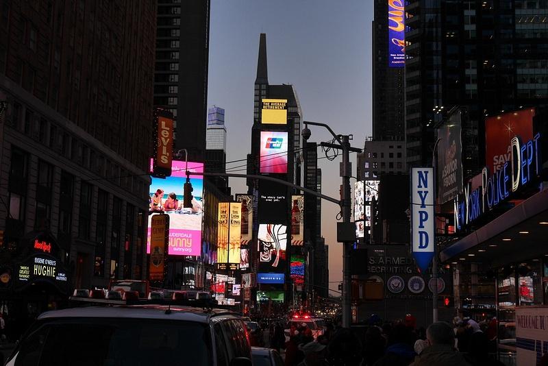 Times Square illan pimetessä
